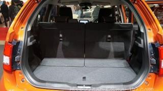 新型イグニスのラゲッジ。後席をスライドした時の奥行きの違いを確認